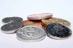 Tschechische Münzen von verschiedenen Bezeichnungen lokalisiert auf einem weißen Hintergrund Viele tschechische Münzen Makrofotos Stockfotografie