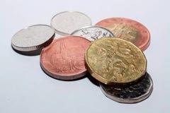 Tschechische Münzen von verschiedenen Bezeichnungen lokalisiert auf einem weißen Hintergrund Viele tschechische Münzen Makrofotos Lizenzfreie Stockfotografie