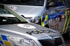Tschechische Polizei, die helles Auto hinaufklettert stockfotos