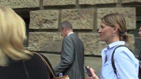 Tschechische Republik Brnos, am 2. Mai 2018: Premierminister Andrej Babis geht Straßenbürgersteig nach Brno mit Sicherheitsleibwä stock footage
