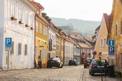Tschechische Republik, Cesky Krumlov, am 16. Dezember 2016: Schöne Straße in der Stadt Ein vom schönsten ungewöhnlichen kleinen Lizenzfreie Stockfotos