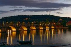 Tschechische Republik, Prag, Ansicht über hervorgehobenen Carlos Bridge nachts Mit Reflexion im Wasser Stockfotos