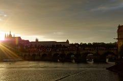 Tschechische Republik, Prag Hradcany-Schloss Sonnenuntergangansicht mit Sun-Strahlen zerstreute vor dem Schloss, dem Entwurf und  Stockbild