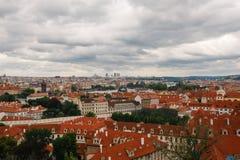 Tschechische Republik, Prag, am 25. Juli 2017: Panoramablick der Stadt Rote Dächer von Häusern und Strukturen der alten Stadt im  Stockfoto