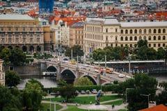 Tschechische Republik, Prag, am 25. Juli 2017: Panoramablick der Stadt Rote Dächer von Häusern und Strukturen der alten Stadt im  Lizenzfreies Stockbild