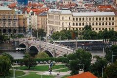 Tschechische Republik, Prag, am 25. Juli 2017: Panoramablick der Stadt Rote Dächer von Häusern und Strukturen der alten Stadt im  Lizenzfreies Stockfoto