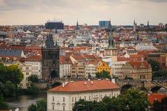 Tschechische Republik, Prag, am 25. Juli 2017: Panoramablick der Stadt Rote Dächer von Häusern und Strukturen der alten Stadt im  Lizenzfreie Stockfotos