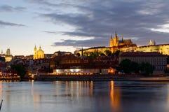 Tschechische Republik, Prag, Nachtansicht über Hradcany-Schloss Schön beleuchtetes Schloss und die Moldau-Fluss im Vordergrund Stockfotos