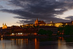 Tschechische Republik, Prag, Nachtansicht über Hradcany-Schloss Schön beleuchtetes Schloss und die Moldau-Fluss im Vordergrund Stockbilder