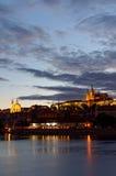 Tschechische Republik, Prag, Nachtansicht über Hradcany-Schloss Schön beleuchtetes Schloss und die Moldau-Fluss im Vordergrund Stockfoto