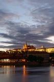 Tschechische Republik, Prag, Nachtansicht über Hradcany-Schloss Schön beleuchtetes Schloss und die Moldau-Fluss im Vordergrund Lizenzfreies Stockbild