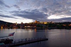 Tschechische Republik, Prag, Nachtansicht über Hradcany-Schloss und Charles Bridge Die Moldau im Vordergrund Stockfotos