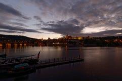 Tschechische Republik, Prag, Nachtansicht über Hradcany-Schloss und Charles Bridge Die Moldau im Vordergrund Stockbilder