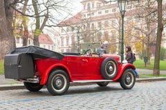 TSCHECHISCHE REPUBLIK, PRAG, AM 29. NOVEMBER 2014: Rotes Veteranenauto auf der Straße parkt auf öffentlichen Straßen Stockfotografie