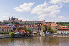 Tschechische Republik, Prag-Panorama der alten Stadtarchitektur mit Vitava-Fluss, bunte alte Stadt, St. Vitus Cathedral, 2017 08 Lizenzfreie Stockfotografie