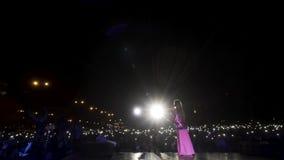 Tschechische Republik, Prag - 09 05 2019: Rückansicht einer jungen Sängerin, die auf der Bühne in hellrosa Kleid auftritt stock footage