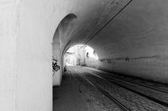 Tschechische Republik, Prag Schwarzweiss-Tunnel mit Bahnen für Tram Stockbilder