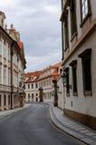 Tschechische Republik, Prag Straße zwischen alten Wohnungshäusern mit roten Fliesen Lizenzfreies Stockfoto