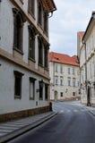 Tschechische Republik, Prag Straße zwischen alten Wohnungshäusern mit roten Fliesen Stockbild
