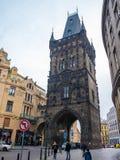 TSCHECHISCHE REPUBLIK PRAGS - 20. FEBRUAR 2018: Schießpulverturm der alte historische Bestimmungsort in Prag, Tschechische Republ Stockfotografie