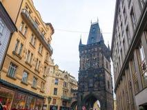 TSCHECHISCHE REPUBLIK PRAGS - 20. FEBRUAR 2018: Schießpulverturm der alte historische Bestimmungsort in Prag, Tschechische Republ Stockfoto