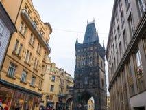 TSCHECHISCHE REPUBLIK PRAGS - 20. FEBRUAR 2018: Schießpulverturm der alte historische Bestimmungsort in Prag, Tschechische Republ Lizenzfreies Stockfoto