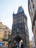 TSCHECHISCHE REPUBLIK PRAGS - 20. FEBRUAR 2018: Schießpulverturm der alte historische Bestimmungsort in Prag, Tschechische Republ Lizenzfreie Stockbilder
