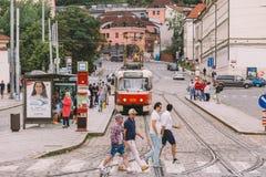 Tschechische Republik Prags - 25. Juli 2017: Rote Trams auf den alten Straßen von Prag, die Hauptstadt der Tschechischen Republik Stockbild