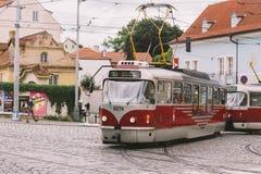 Tschechische Republik Prags - 25. Juli 2017: Rote Trams auf den alten Straßen von Prag, die Hauptstadt der Tschechischen Republik Stockfotografie