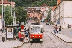 Tschechische Republik Prags - 25. Juli 2017: Rote Trams auf den alten Straßen von Prag, die Hauptstadt der Tschechischen Republik Lizenzfreies Stockfoto