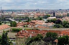 Tschechische Republik, Vogel ` Saugenansicht über Gebäude und rote Dächer Stockfotografie