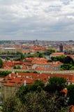 Tschechische Republik, Vogel ` Saugenansicht über Gebäude und rote Dächer Lizenzfreie Stockfotos