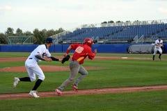 Tschechischer baseballplayer Versuch, zum eines spanischen Läufers auszumachen lizenzfreie stockfotografie