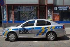 Tschechischer Polizeiwagen vor einem Polizeirevier Lizenzfreies Stockbild