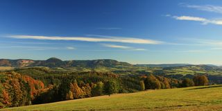 Tschechisches Sommergebirgspanorama Stockfotografie