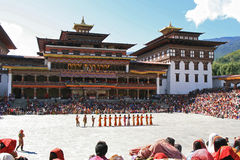 Tsechu在Tashichhoe Dzong -廷布-不丹的庭院里 图库摄影