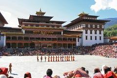 Tsechu i borggården av Tashichhoe Dzong - Thimphu - Bhutan Arkivbild