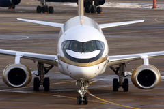 Tsentr-Yug苏霍伊超音速喷气飞机100在乘出租车在谢列梅国际机场的金黄号衣的RA-89004 库存图片