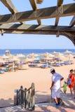 TSharm El shejk, Egypten, 28 Juli 2015: ourists på en tropisk badort Arkivfoto