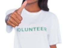 Tshirt da mulher e da doação polegar voluntários vestindo acima Imagem de Stock