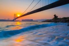 Tsing Ma Bridge en la puesta del sol Fotos de archivo libres de regalías