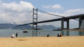 Tsing Ma Bridge glåmig mor, parkerar ön, Hong Kong royaltyfri bild