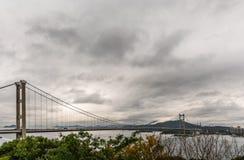 Tsing Ma Bridge zur Park-Insel unter schwerem regnerischem Himmel, Hong Kong China lizenzfreies stockbild