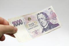 Tsjechisch duizend bankbiljettengeld in een hand Stock Foto's
