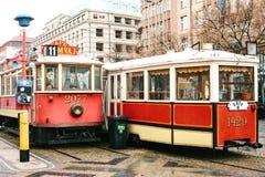 Tsjechisch Praag, 24 December, 2016: Authentieke ongebruikelijke koffie in de vorm van twee het echte oude uitstekende trams symb Stock Foto
