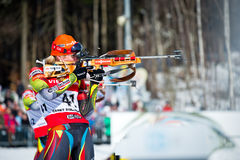 Tsjechische biathlete Gabriela Soukalova die zich op de het schieten waaier tijdens Tsjechische Biat bevinden Royalty-vrije Stock Foto's