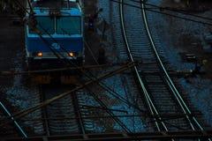 Tsjechische die trein buiten hlavninadrazi bij nacht wordt geparkeerd stock fotografie