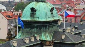 Tsjechische en Europese Unie vlaggen bij de bouw van de overheid in wind stock video