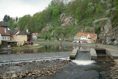Tsjechische Krumlov Weergeven van de stad van de rivier, huizen op de banken van Vltava stock afbeelding