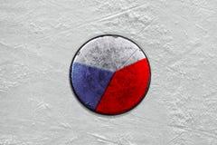 Tsjechische puck op de ijshockeypiste close-up Stock Afbeeldingen